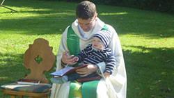 Pfarrer Saam mit seinem Sohn Jannis in der Schneemühle