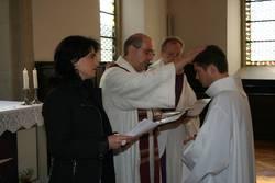 Pfarrer Siegfried Thuringer aus München, Diakon Max Seitz und Kirchenvorstandsvorsitzende Silvia Gross sprechen gemeinsam den Segen zur Amteinführung von Daniel Saam.