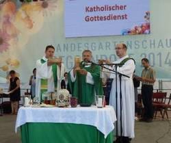 """Voices - das rote Mikrophon"""" und Bischof Dr. Matthias Ring am 1.6."""